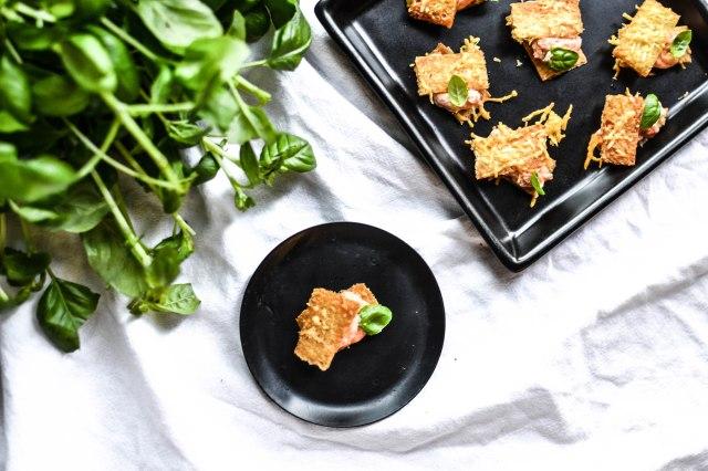 Croquant de pain au parmesan et chèvre tomaté