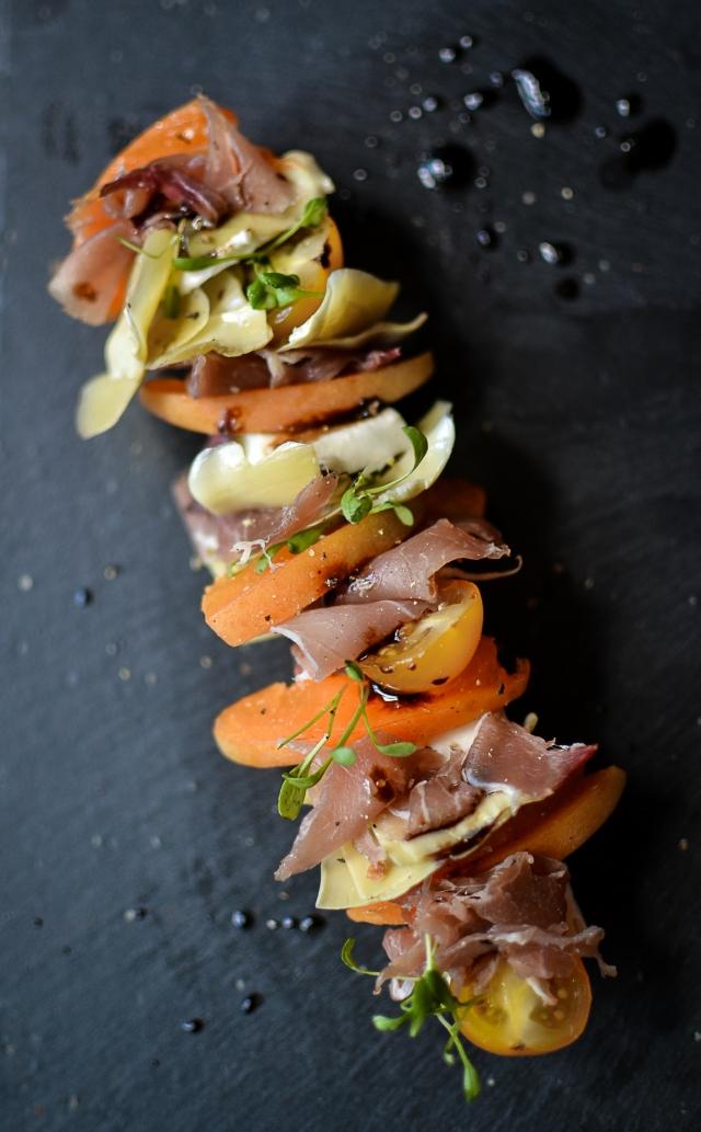 Tartine gourmande mozzarella, abricot, noix de jambon, artichaut et vinaigrette balsamique-abricot