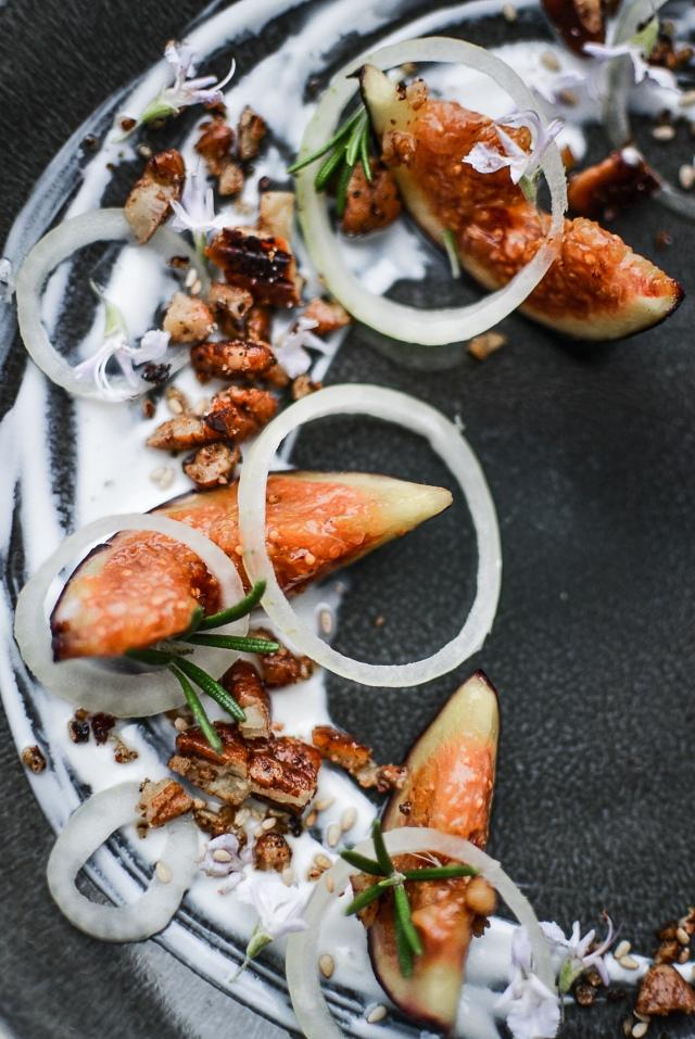 Figues rôties au miel, noix caramélisée, oignon blanc, sésame, yaourt grec au romarin, fleurs de romarin