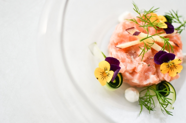Tartare de saumon frais, fromage ail et fines herbes, pomme, concombre, aneth